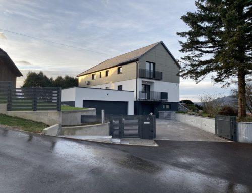 Hiša na Vrholah: rušitev obstoječega ostrešja in izgradnja dodatne etaže ter kompletna adaptacija objekta v novo moderno hišo